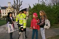 POLICISTÉ V TERÉNU upozorňovali chodce, jak správě přecházet silnice při preventivní akci Zebra se za tebe nerozhlédne.