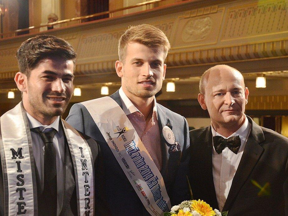 David Novotný (vpravo) spolu s Mužem roku 2014 (uprostřed) a Mužem světa, který na finále soutěže přiletěl z Venezuely.