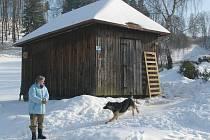 Nový domov v podobě stavební buňky (na snímku) si v těchto dnech zařizuje Svatoslava Kuchařová z obce Bělý. Začátkem roku jí totiž na popel shořela salaš, ve které dlouhá léta žila.