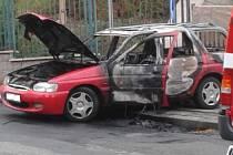 V úterý 29. září krátce před šestou hodinou ranní došlo v Náchodě v Purkyňově ulici k požáru vozidla Ford Escort Combi, při kterém zemřel pětapadesátiletý spolujezdec.