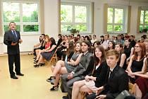 Úspěšní maturanti ze Střední školy propagační tvorby a polygrafie už mají v ruce doklad stvrzující úspěšné složení zkoušky dospělosti.