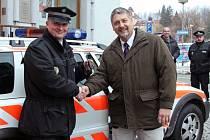 DELEGACE ze švýcarského partnerského města Küsnacht předala Červenému Kostelci policejní služební auto. Strážníci městské policie tak budou moci nově jezdit Volvem V70.