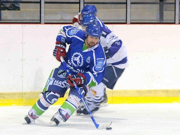 OKRESNÍ derby dnes nabídne v Jaroměři souboj domácích hokejistů a Hronova (v modrém).
