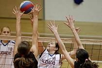 Těsně  za medailovými příčkami zůstaly na mistrovství ČR žákyň mladé volejbalistky Červeného Kostelce (v černém).