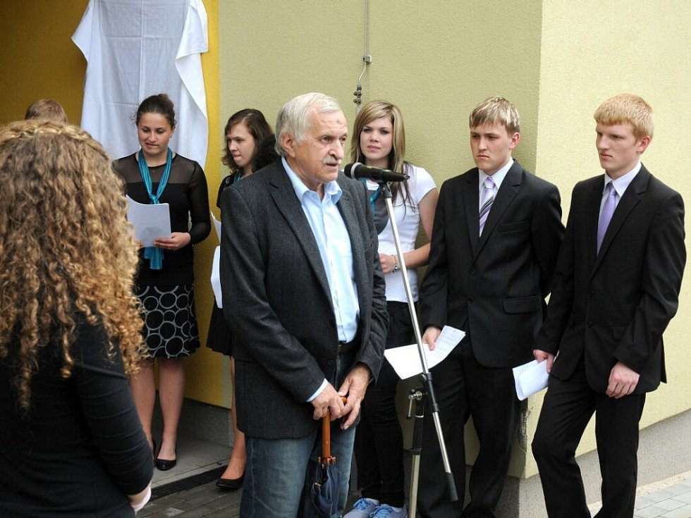 Aloisu Jiráskovi a Egonu Hostovskému byly slavnostně odhaleny nové pamětní desky.