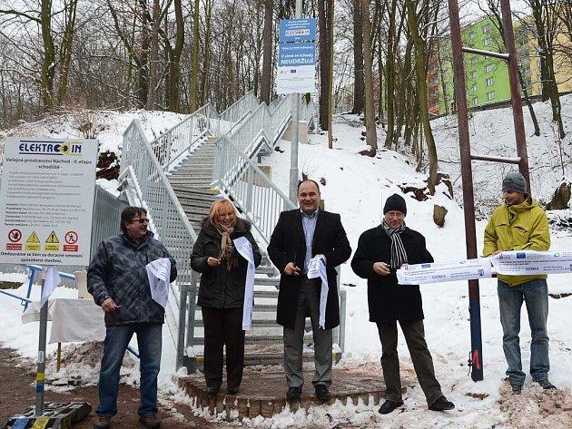 Nové schodiště vede od sídliště u nemocnice k zimnímu stadionu.