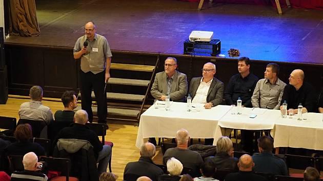 V novoměstské Sokolovně debatovala veřejnost se členy zastupitelstva zejména o možnosti obnovy koupaliště.
