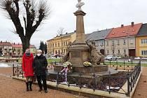 Vzpomínkový akt u pomníku spisovatelky na Husově náměstí vČeské Skalici proběhl vkomorním duchu bez účasti veřejnosti.