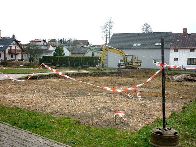 STUDIE nové podoby náměstí je vystavená na budově školní jídelny. Za budovou se do země zakously bagry a budují nové parkoviště.