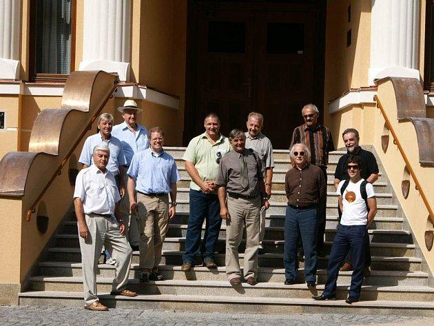 Zástupci Červeného Kostelce a partnerského švýcarského města Küsnachtu zapózovali před Divadlem J. K. Tyla.