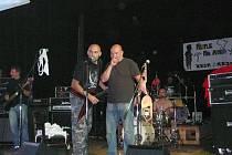 Členové skupin Tortharry a The Ňadras při společném vystoupení.