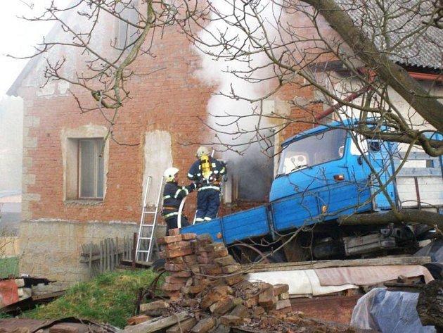 Jednotky hasičů zlikvidovaly požár v rodinném domku v Heřmanicích.