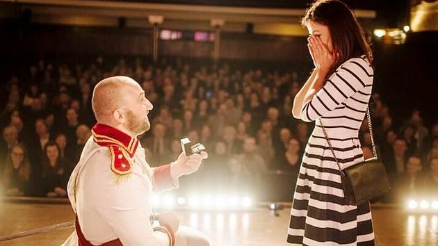 ORIGINÁLNÍ ŽÁDOST O RUKU. Tomáš Malý poklekl před přítelkyni při derniéře divadelní hry Ženitba.