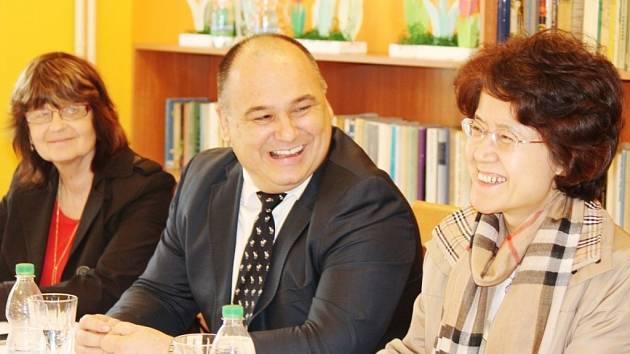 Vskutku srdečného přijetí na náchodské radnici, stejně tak i v Městském středisku sociálních služeb Marie (MSSS) a ve Stacionáři Cesta se včera dostalo Ma Keqing, velvyslankyni Čínské lidové republiky v České republice.