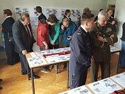 """V budově bývalé celnice si návštěvníci také mohli prohlédnout výstavu dokumentů a dobových předmětů spojených s 2. světovou válkou a zejména s bojem v Bělovsi dne 9. května 1945 s názvem """"Běloves volá""""."""