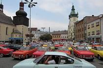 """V rámci 2. setkání majitelů vozu Škoda 110R Coupé, který se konal v Autokempu Rozkoš u České Skalice, zavítali spanilou jízdou """"škodovky"""" a jejich posádky také do Náchoda na Masarykovo náměstí."""
