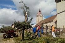 Následky větrné smršti v Bohuslavicích na Náchodsku.
