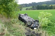 Auto se skutálelo do příkopu, řidič se zranil.