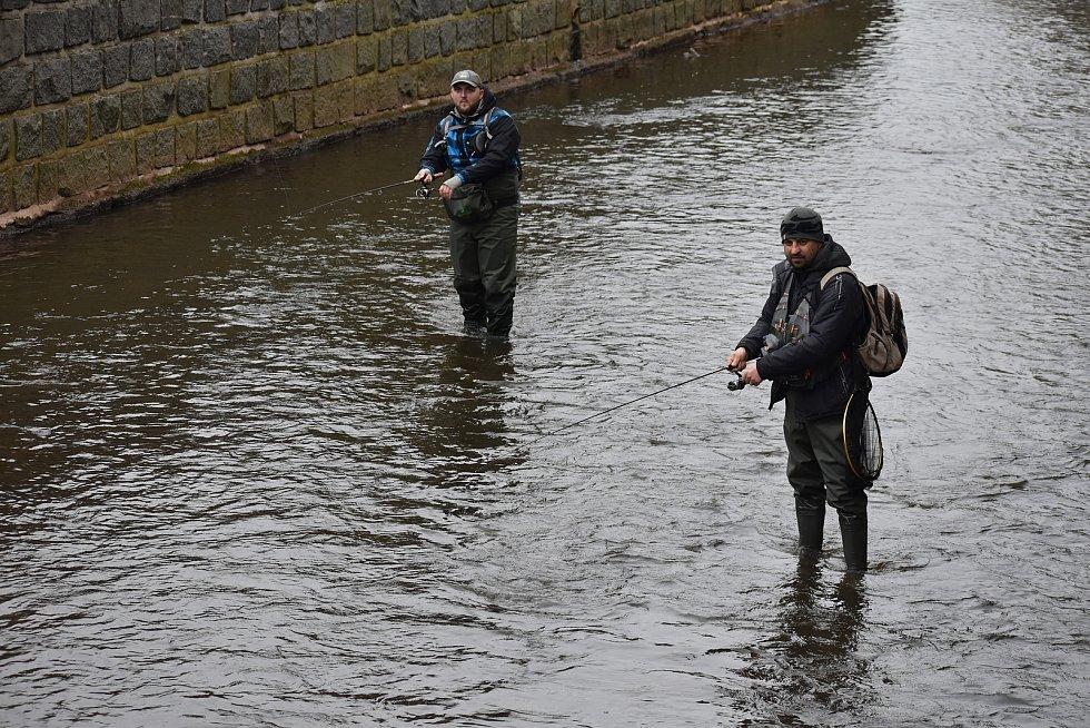 Pro mnohé rybáře dnes ráno začala dlouho očekávaná událost. Šestnáctý duben je pro řadu z nich velký svátek. Tento den totiž začíná lov na pstruhových vodách. Foto: Deník/Jiří Řezník