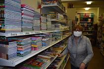 Vláda povolila v krizovém stavu otevřít papírnictví a obchody s dětským zbožím. V Broumově se tak dočkala prodejna dětského a kojeneckého textilu Damipa Baby i papírníctví v centru města. Dětské zboží začal prodávat i vietnamský obchodní dům Lenka.