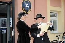 DEKRET o povýšení obce Velké Poříčí na městys přečetl přítomným obyvatelům osobně starosta.