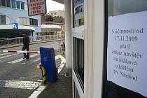 Vylepené letáky občany informují o skutečnosti, že návštěvy ve zdravotnických zařízeních  jsou od včera zakázány.
