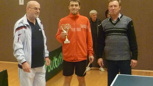Okresním přeborníkem ve stolním tenise se stal Martin Ducháč (uprostřed) z Knaufu Lipí.