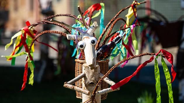 Velikonoční kozlíci zdobí zahrádku v Šonově - Provodově na Náchdosku.