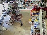 Poznáte zloděje z jaroměřské TETA drogerie?