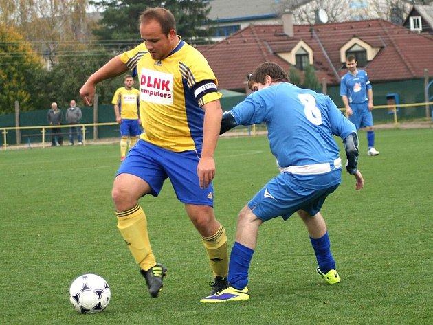 S PŘÍCHODEM zkušených hráčů, mezi které patří i Ladislav Bensch (u míče), se Česká Skalice v průběhu podzimu zvedla a ve druhé polovině podzimní části už své protivníky válcovala.