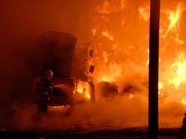 Požár skladovací haly v Mezilesí.