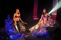 Adrenalinová magická show bavila diváky v neděli odpoledne v Jiráskově divadle.