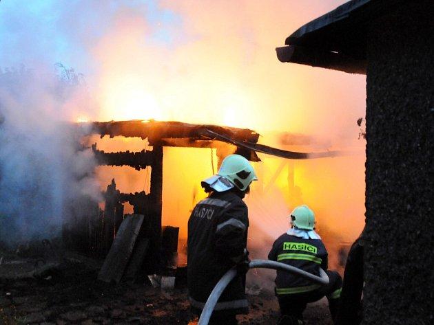 Požár v kůlně sousedící s domkem.