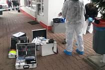 POLICISTÉ zajišťují stopy na místě činu napadení čerpadlářky na benzinové pumpě v České Skalici.