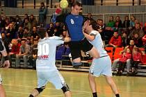Pozdější vítěz I. ligy ze Šumperka (ve světlém) si jednu ze svých sedmi porážek v letošním ročníku soutěže odvezl z palubovky Náchoda.