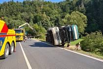 U Velkých Petrovic dnes před polednem havaroval kamion převážející štěpku. Auto se převrátilo mimo silnici a náklad se vysypal.  Foto: HZS KHK