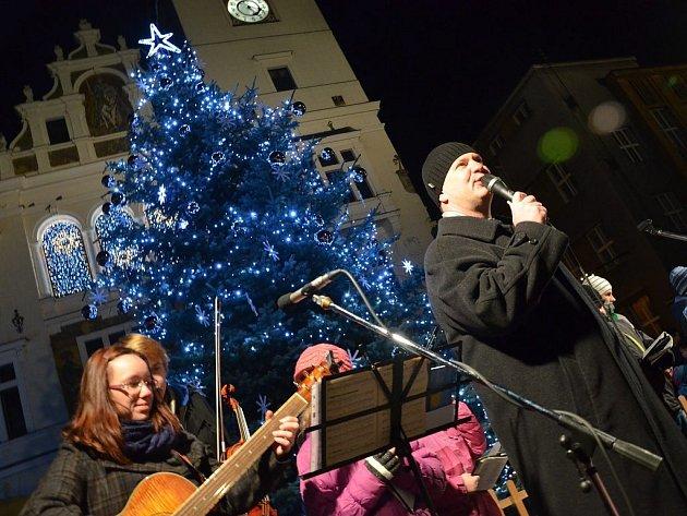 PRVNÍ ADVENTNÍ SETKÁNÍ a rozsvěcení vánočního stromu na náchodském Masarykově náměstí.