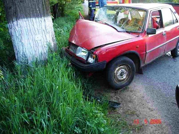 Nehoda v Broumově. Automobil narazil do stromu.