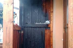 Požár dřevěné verandy u rodinného domu byl naštěstí během krátké chvíle lokalizován, anestihl se tak naštěstí rozšířit. Foto: SDH Bukovice
