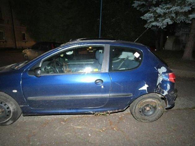 Po nárazu do stromu řidička pokračovala vjízdě. Policejní hlídka havarovaný vůz zastavila a řidička nadýchala přes dvě promile.