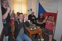 Sport bar U Votroka se otevřel po 166 dnech a slavil hokejové vydřené vítězství nad Dány.