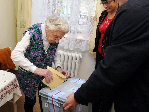 Volby si nenechali ujít ani senioři v hronovské Justynce.