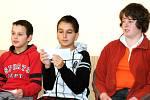 Školáci na besedě o 17. listopadu.