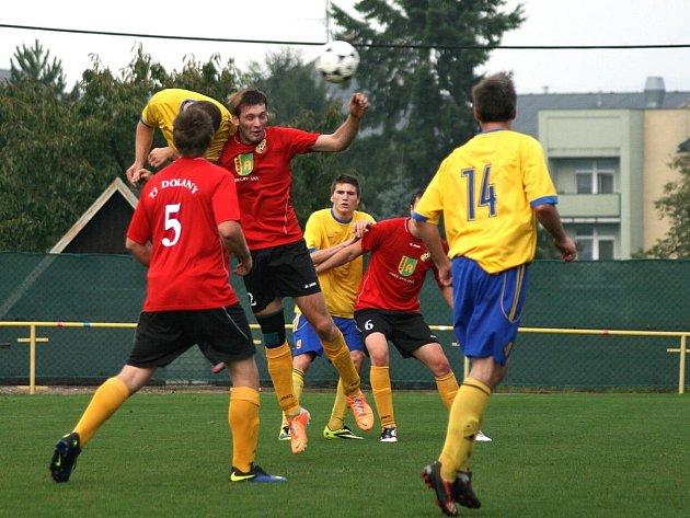 V SOUBOJI dvou týmů, které do neděle nezískaly ani bod, se radovali z premiérového vítězství nové sezóny fotbalisté České Skalice (ve žlutém).