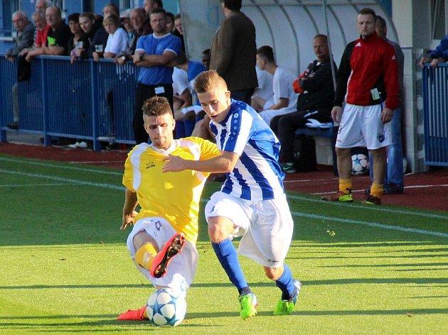 LEVÝ krajní záložník Náchoda Ondřej Vrabec (v pruhovaném) bojuje o míč v sobotním derby s Broumovem.