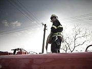 KDYŽ HOŘÍ ŠKOLA, to nacvičovalo několik hasičských jednotek s dětmi v základní škole ve Velké Jesenici.