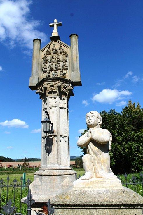 SOUSOŠÍ SE SLOUPEM Čtrnácti svatých pomocníků zhotovil v roce 1886 broumovský sochař Johann Watzek, na objednávku Genovefy, vdovy po otovickém sedlákovi Franzi Treutlerovi.