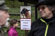Protest proti vlkům - Chovatelé z Broumovska se 10. května 2019 poprvé připojili k mezinárodní akci za ochranu pastevectví před vlky.