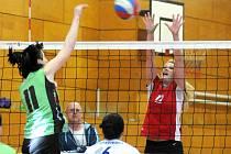 DRUHOLIGOVÉ volejbalistky Hronova (v červeném) se s úspěšnou sezónou loučí vítězstvím nad rezervou Přerova.
