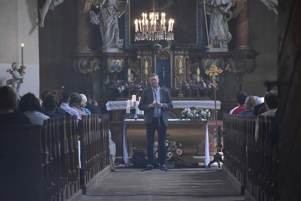 Ve vernéřovickém kostele sv. archanděla Michaela kardinál Dominik Duka sloužil mši a slavnostní poděkování za probíhající revitalizace ojedinělého souboru barokních kostelů.